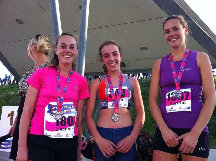Het podium na de vijf kilometer van de Ladiesrun: Shirin van Anrooij uit Kapelle (midden), Lisanne Jobse uit Middelburg (links) en Gertrud van Noorden.