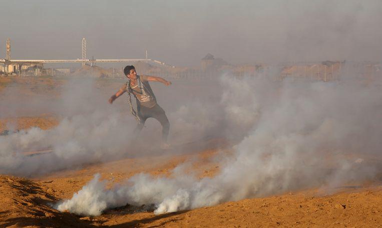Een demonstrant gooit stenen aan in de Gazastrook.