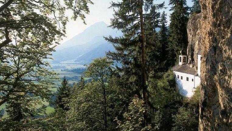 Het huisje in de Oostenrijkse Alpen is 350 jaar oud en uit de rotsen gehouwen. Het leven is er allerminst luxueus.