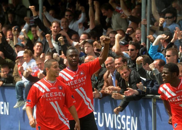 De Ossenaren Aziz Moutawakil (links) Cendrino Misidjan en Jean Black (rechts) vieren feest. foto Do Visser/De Gelderlander