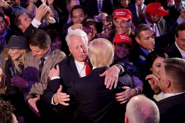 Robert Trump (links) feliciteert zijn broer Donald Trump nadat hij in 2016 de verkiezingen heeft gewonnen. Beeld AFP