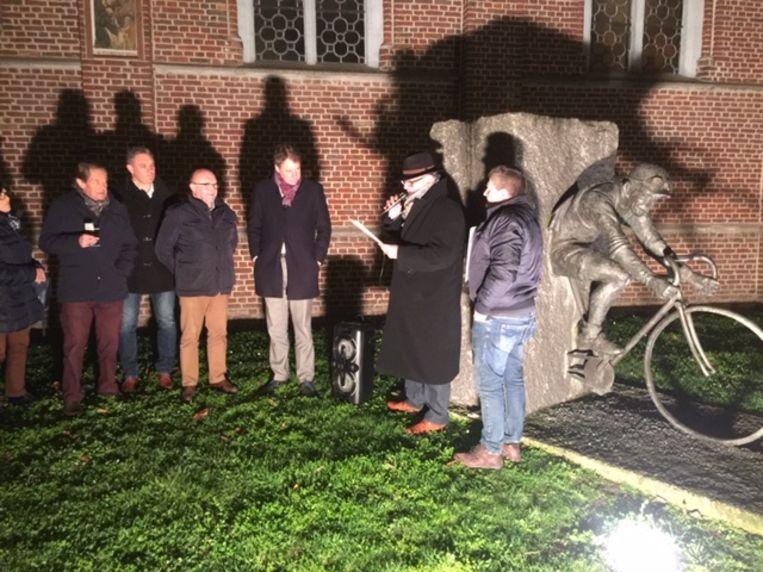 Sylveer Maes en Lieven Tack overhandigden woensdag hun brief aan burgemeester Jan Vermeulen en Hugo De Waele aan het standbeeld van Lucien Buysse in Wontergem.