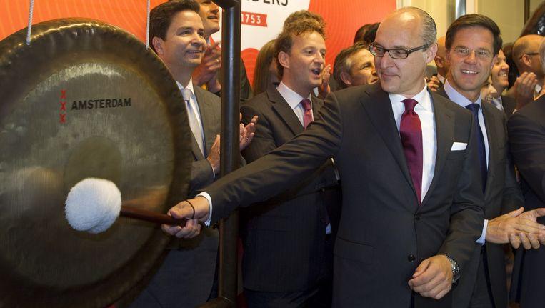 Michiel Herkemij, de CEO van Douwe Egberts, slaat op de gong om de notering aan NYSE Euronext te bekrachtigen.