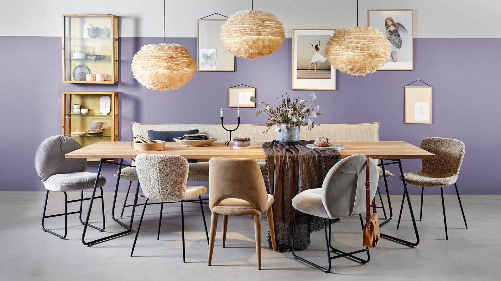 Teddystof op stoelen in VT Wonen-stijl. De eethoek groeit en functioneert vaak ook als bureau.