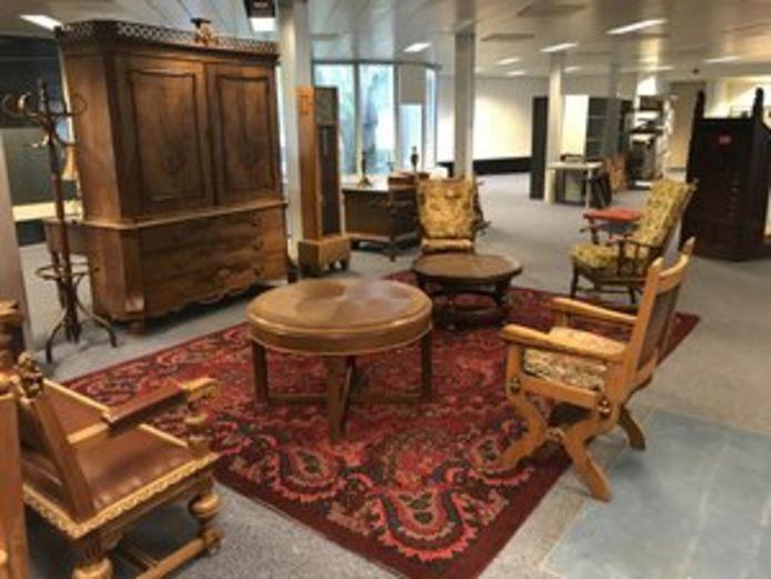 Onder de veilingobjecten ook veel oude meubels