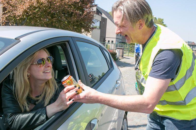 """Autobestuurster Natasha Martens krijgt een drankje voor haar voorbeeldig rijgedrag: """"Super. Meestal moet ik betalen na een snelheidscontrole, maar nu word ik beloond.""""."""