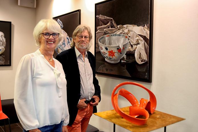 Nathalie Buijs en Jos Rijff bij hun kunst.