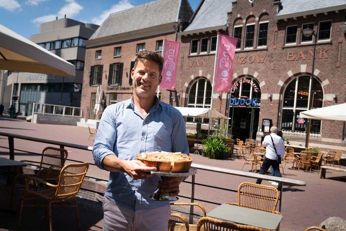 Robert Wittenberg met de appeltaart voor Dudok.