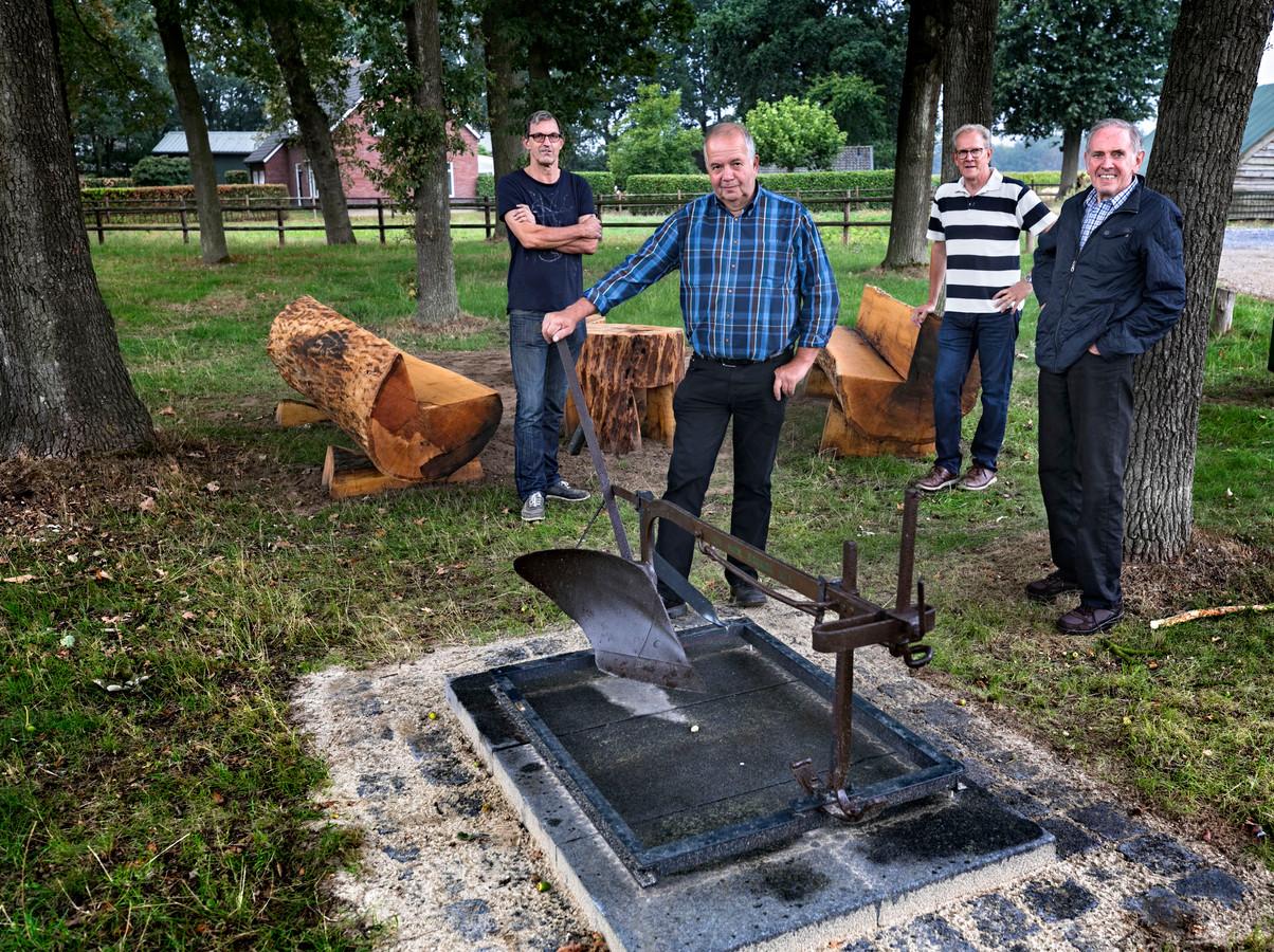 Het landbouwwerktuig van Ouw Getög en (v.l.n.r.) Noud van Poppel, Jan Cremers, Harrie Brouwers en Gijs Willems.