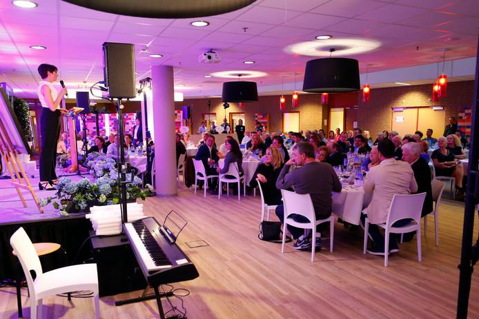 Het benefietdiner in Veldhoven had gisteren meer dan tweehonderd gasten.