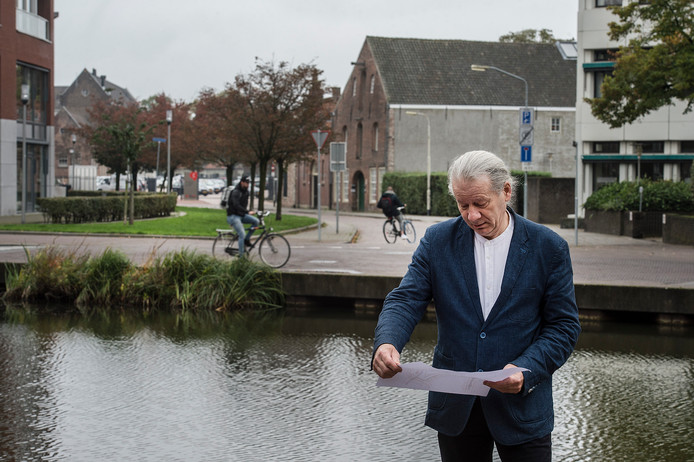 Eloi Koreman op het punt aan de Markendaalseweg waar de Aa of Weerijs  in de Nieuwe Mark zou moeten vloeien. Op de achtergrond de Jan van Polanenkade.