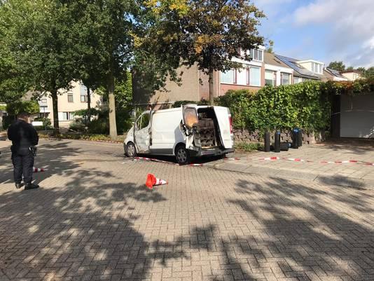 De uitgebrande bus waarin flessen en patronen lachgas zaten in Veenendaal.