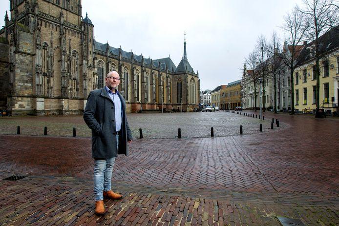 Tjeerd van der Meulen (GroenLinks) op het sinds kort autovrije Grote Kerkhof in Deventer.