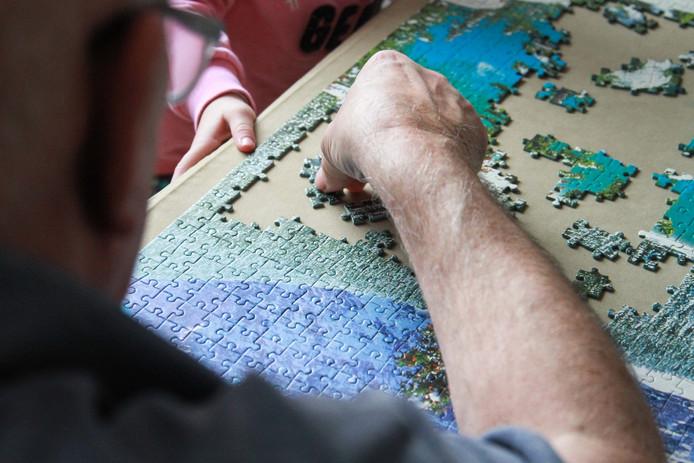 Mensen bieden zich aan om een spelletje te spelen tegen de eenzaamheid.