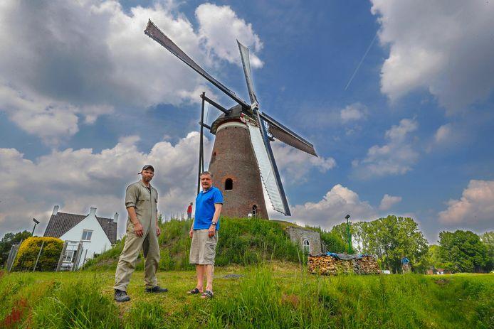 Eigenaar Hennie Merks (r) bij molen De Roosdonck in Nuenen