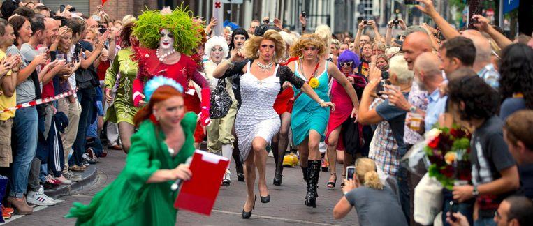 De Drag Olympics, en de stiletto run in het bijzonder, is steevast een hoogtepunt van Pride. Beeld anp