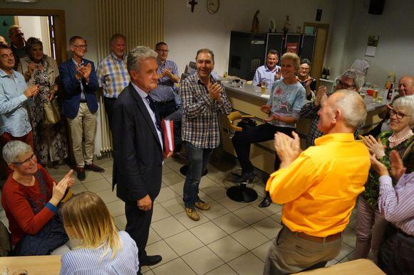 Luc Vannieuwenhuyze wordt op applaus onthaald door de CD&V-afdeling.