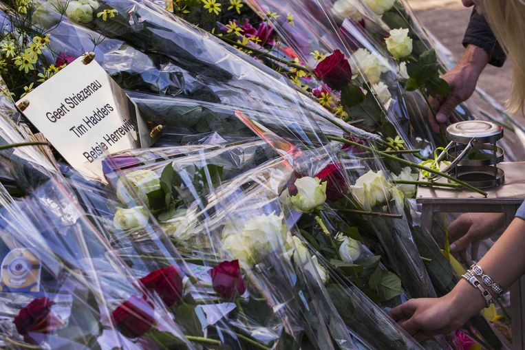 Bloemen ter nagedachtenis van de slachtoffers van het drama.