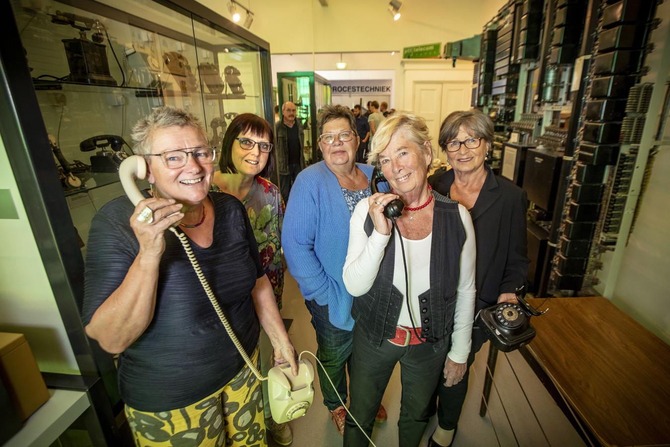 Op de foto vlnr: Rienke Vlietstra, Marjan Lansink, Titia Tjeerdsma, Ria Wekking-Sanders en Elly Rikkerink-Seelen.