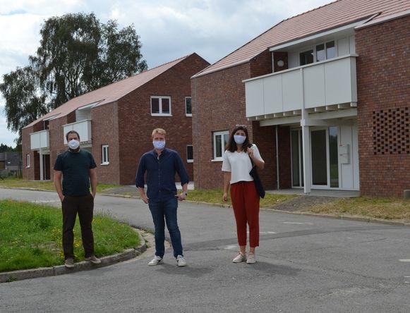 van links naar rechts bestuurslid Steven Vercauteren, voorzitter Arthur Orlians en bestuurslid Elisabet Okmen voor de nieuwe appartementen.