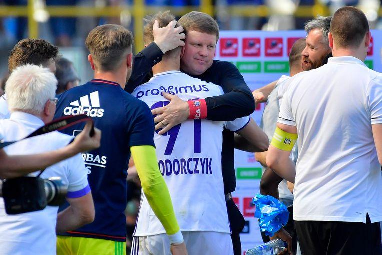 Vanhaezebrouck knuffelt doelpuntenmaker Teodorczyk, die er na het overlijden van zijn broer een moeilijke week had opzitten.