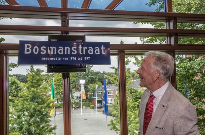De onthulling van het straatnaambord door Henk Bosman, gistermiddag op het gemeentehuis in Heeze.