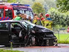Auto botst frontaal tegen een boom bij Laag-Soeren: bestuurder zwaargewond naar het ziekenhuis
