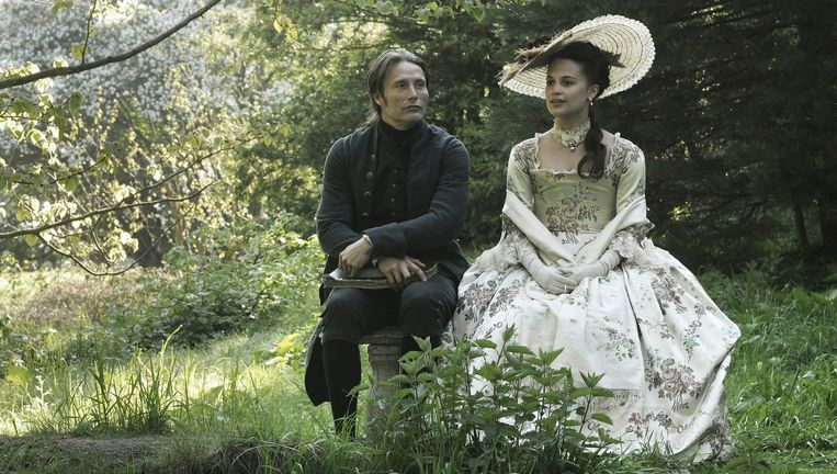 Mads Mikkelsen and Alicia Vikander in A Royal Affair. Beeld Magnolia Pictures