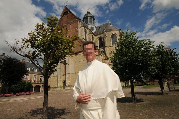 Pastoor K. M. (39) voor de abdij van Grimbergen.