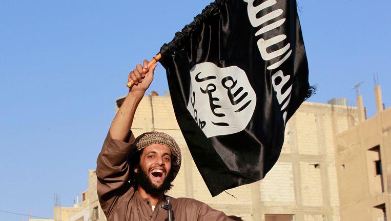 Een IS-strijder zwaait met een vlag van de beweging in het Syrische bolwerk Raqqa. Beeld reuters