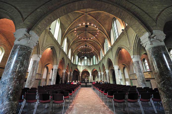 steeds meer rondleidingen met gidsen in Bovendonk.Frank Rockx met groep in de kapel.