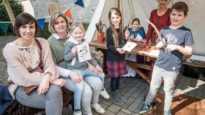 Kinderen vieren slotfeest jeugdboekenmaand