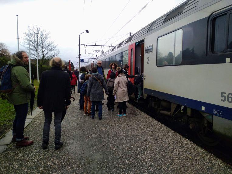 De Poperingse delegatie nam de trein naar Brussel.