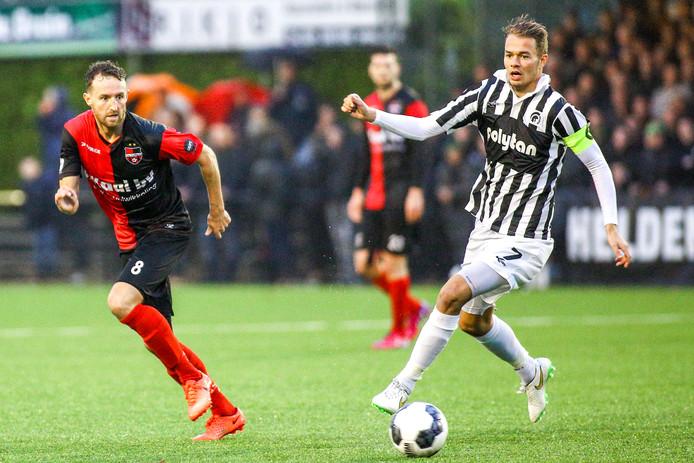 Boy van de Beek (rechts) als aanvoerder van Achilles'29 tegen de club waar hij het seizoen afmaakt, De Treffers. Links Robin Janssen.