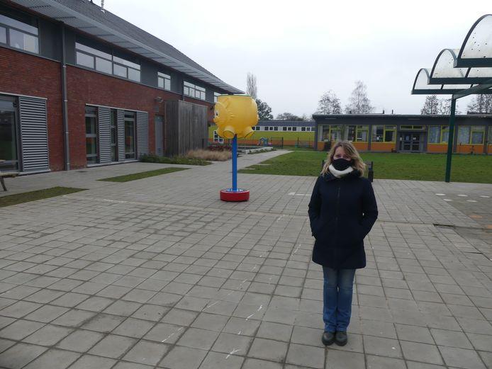 Directrice Yasmine Herman op de lege speelplaats van de School van Morgen.