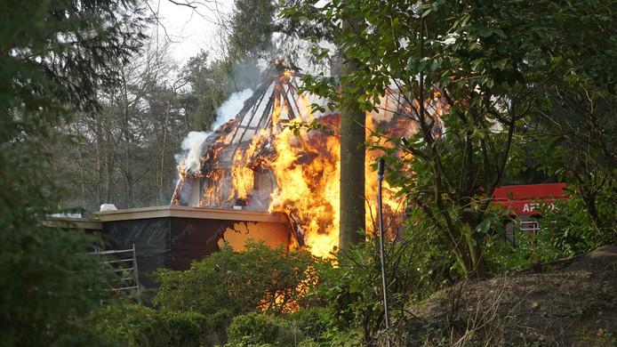 Een vlammenzee verwoest de rietgedekte villa in Beekbergen.