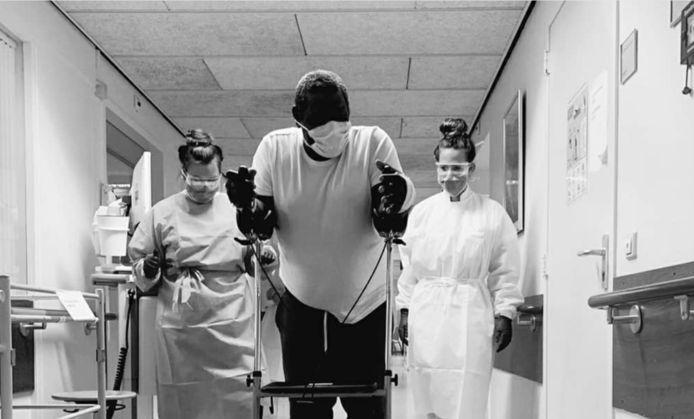De patiënt doet voor hoe je de salsa moet dansen.