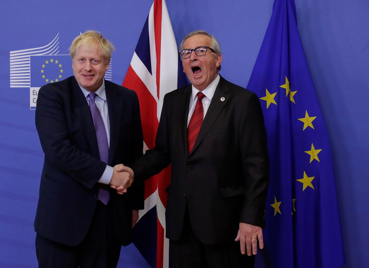Jean-Claude Juncker en de Britse premier Johnson schudden elkaar de hand
