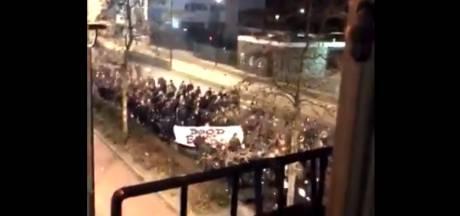 Stoet luidruchtige Willem II-fans maakt centrum Tilburg wakker met kabaal en vuurwerk: 'Dood aan Breda'
