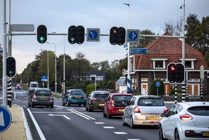 Ook na een jaar blijft het nog wat wennen met de flexibele rijstroken op de kruising bij hotel-restaurant Frans op den Bult. Zo is er in de ochtendspits voor auto's vanuit Oldenzaal een extra strook om linksaf richting Enschede te gaan.