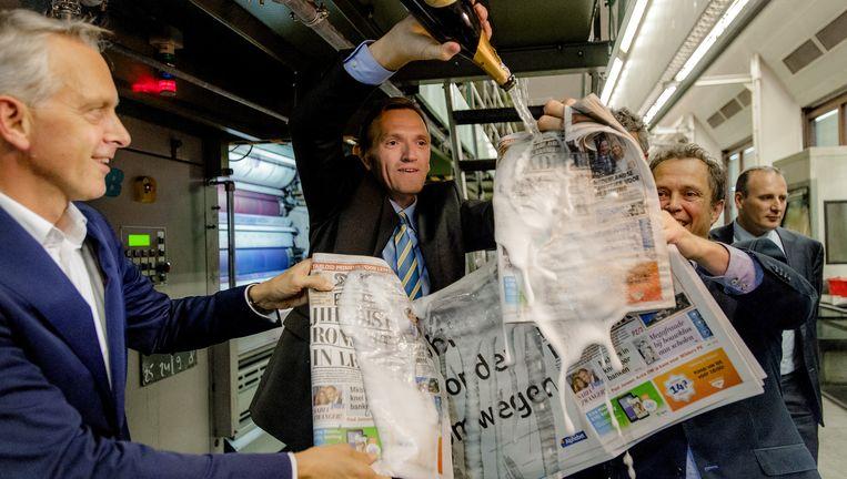 Sjuul Paradijs (met fles) bij het ten doop houden van de eerste Telegraaf op tabloid-formaat, 9 oktober 2014. Beeld null