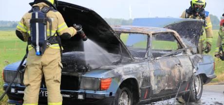 Oldtimer gaat in vlammen op in Putten