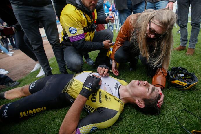 De ongelukkige Wout van Aert is gesloopt na een loodzware editie van Parijs - Roubaix.