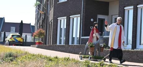 Pastoor trekt met zelfgemaakte palmezel langs dorpen in gemeente Grave