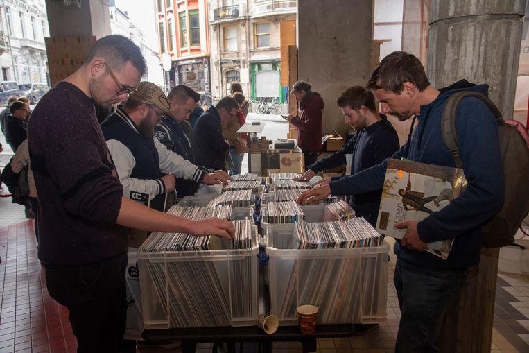 Veel volk en vinylplaten op Record Store Day in Vooruit in Gent.