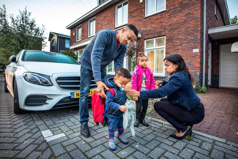 Latifa Barou met haar man en twee kinderen in de vroege ochtend voor vertrek naar de kinderopvang. Beeld Raymond Rutting / de Volkskrant