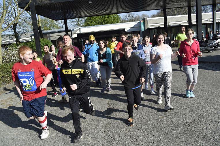"""De groep G-sporters van De Leerexpert op Linkeroever traint voor de grote dag. """"Vorig jaar liep een van onze jongens het parcours in 1 uur 22 minuten."""""""