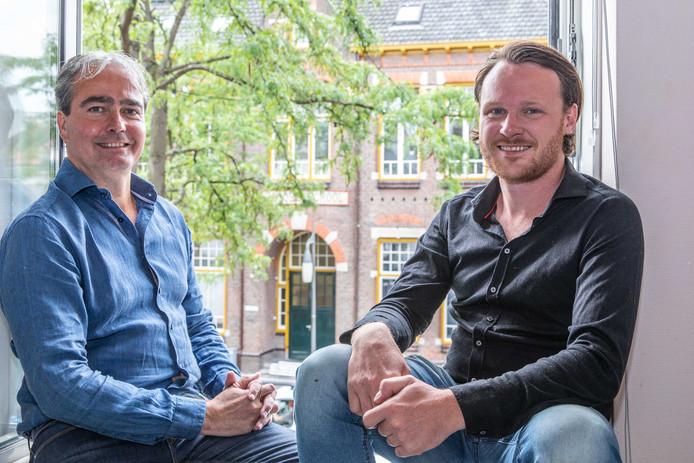 Jean Luc Etienne (l) en Wouter Kik in hun toekomstige restaurant, met op de achtergrond de Vlasmarkt in Goes.