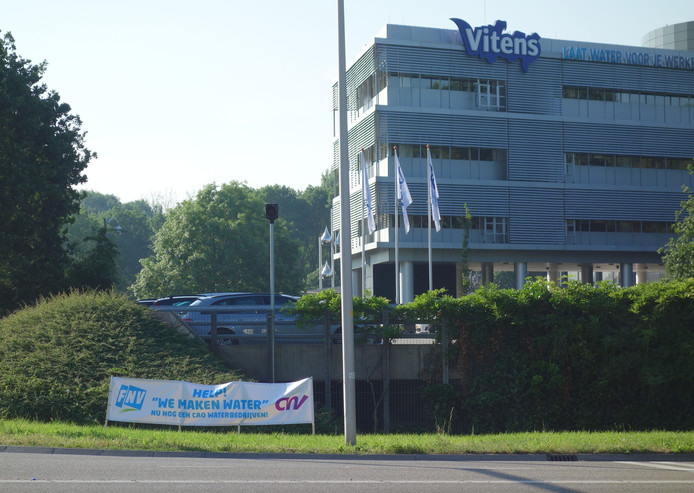 Spandoek buiten het hoofdkantoor van Vitens tijdens een stil protest in juni.