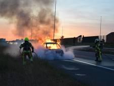 Auto brandt volledig uit op vluchtstrook langs A73 bij Nijmegen